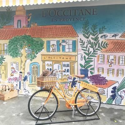 來自法國普羅旺斯的L'OCCITANE在灣仔開設期間限定Pop-up Provence Market,把法國風情市集帶到香港。店內可率先試用最新清新馬鞭草香氛系列及白皇后亮白防曬乳,場內更有夏日特飲及花材精製茶點。離開前記得在花海佈置selfie一番!🌺🌷 . L'OCCITANE Pop-up Provence Market - Jouer Patisserie 即日起至6月26日,上午11時至下午7時半 . #MissTiaraHK #followmisstiara #newlaunch #hkbeauty #hkskincare #popupstore #hongkong #周末好去處 #jouerpatisserie #oinkoinkpr #MostLoved #LoveLoccitane #ProvenceMarket