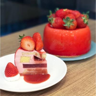 草莓粉絲注意!東海堂推出全新I Love Alice草莓蛋糕系列。最特別一定係流心蛋糕,內藏自家研發的流心草莓醬,上層鋪滿新鮮日本草莓,好味!#🍓 #MissTiaraHK #followmisstiara #ilovealice #aromebakery #東海堂 #流心草莓蛋糕 #廣瀨愛麗絲 #strawberry #赤莓 #hkfoodie