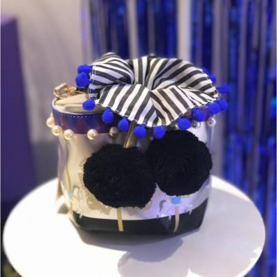 日本少女手袋品牌Samantha Thavasa首度與本地潮牌Liger合作推出聯乘系列 「Lisa」貓主題商品。系列最吸晴莫過於旋轉木馬圖案嘅桶型手袋!由即日起至9月,Liger Fashion Walk旗艦店更會化成以化妝舞會為題的pop up store。 . . . #MissTiaraHK #followmisstiara #shoppinginspiration #shopaholic #newlaunch #hkbeauty #hongkong #Hkfashion #SamanthaThavasa #SamanthaThavasaHK #LigerHK #fashionwalk #CWB
