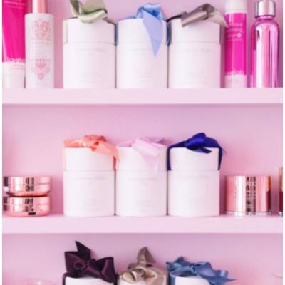 【粉紅控出動吧!】必訪carrie carries夢幻國度 一直為美女們尋找美肌神器的carrie carries兩週年啦~即上Miss Tiara fb睇下pink到爆的全新工作室到底有咩咁吸引啦 😍  #misstiarahk #carriecarries #luxelab #pinkpink