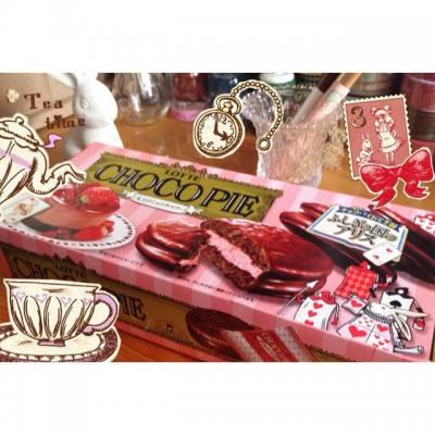 最近很忙,難得假期可以忙裡偷閒,當然要吃好東西~ Tea Time就吃這美味的草莓夾心Choco Pie,而且還是Alice特別版❤️✨我在優品360買到的丫!  #foodie #hkblogger #snacks #零食 #ふしぎの国のアリス #アリス #aliceinwonderland #alice