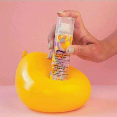 冬天必備的防靜電頭髮修護產品 - 海莓果免沖洗修護噴霧。  Check out amika's new star spray- Silken up dry conditioner at: http://www.amika.com.hk/product/silken-up-dry-conditioner-5-1-oz/  #amika #amikahk #perkup #dryconditioner