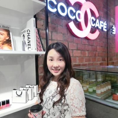 大家知唔知 銅鑼灣多左個打卡熱點 相信不少女士都會尖叫 就係 Chanel 的 COCO Cafe  在這裡 除了可品嚐 CHANEL COCO CAFÉ 的特製飲品 還有大量 CHANEL 產品任你試 仲可在 Photo Booth 影相留念 CHANEL 一定不會錯過 • CHANEL COCO CAFÉ 地點: 銅鑼灣耀華街38號 · · · #Chanel #COCOCafe #ChanelHK #ilovecoco #hkblogger #BeautySearch #BeautyBlogger #blogger #blog #BloggerLife #lifestyleblogger #trial #beauty #instabeauty #skincare #serum #essence #productTrial #BlogShare #博客 #makeup #makeupaddict #BeautyTips #時尚女遊 #LadyTrendsHK #Trendsplayground #打卡
