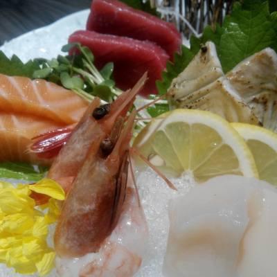 一次吃到5種鮮甜高質的刺身,大滿足! 為日本之行準備,看來要先預習一下日文名字囉~  #美食 #foodie #foodporn #日式 #刺身 #sashimi #さしみ #海鮮 #seafood #藍鰭吞拿魚 #吞拿魚 #tuna #三文魚 #salmon #帶子 #scallop #甜蝦 #prawn #左口魚 #蟹 #crab #鰻魚 #eel #魷魚 #squid #相機食先 #吃貨 #原圖直出 #螢壽司 #PiyosColumn