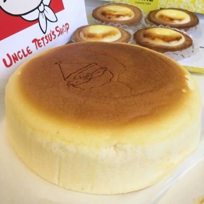 日本人氣芝士蛋糕店抵港🇯🇵😍🎉 Uncle Tetsu's Cheesecake ($59) 用上日本雞蛋、澳洲芝士和麵粉等原材料🍰 質感輕柔軟熟❤️ 像梳乎厘般入口即溶😳😍💕 吃著吃著有種幸福的感覺☺️ 芝士不算濃郁整體不太甜膩👌🏻 $60也不用性價比極高🙆🏻 24-26/12優惠期間買芝士蛋糕更送瑪德蓮蛋糕一個😝👍🏻 *留意每人限買一個咋😳 仲唔快啲tag朋友仔一齊試下?👭😜 買完仲可以去埋對面SOGO買BAKE芝士撻雙重享受😍💕 識食一定係帶哂佢地番屋企做早餐☀️😎😌 #feelsospoiled #thankyou Uncle Tetsu's Cheesecake 銅鑼灣景隆街3號B舖 1100-2200 #littlemscwb #littlemscake #littlemscheese