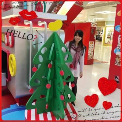 聖誕節太好喇,周圍都有唔同既decorations 影相。 人唔靚但有背景補上。。。哈哈 #xmas #christmastree #MerryChristmas