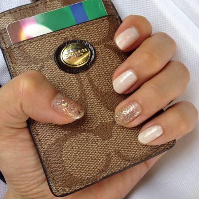 看來這珍珠閃白也蠻好看啊~~  若果10隻手指都白晒就會顯得皮膚黑,這樣配閃閃甲就最夾.  #nailpolish #pearlwhite #shinny