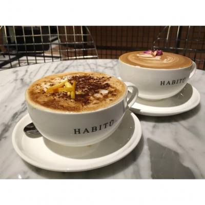 Think rose latte is better than new item Earl Grey Orange, the crispy layer is quite interesting when sipping together, but it's too milky and overwhelm the distinct flavor of earl grey...  #earlgrey #coffee #roselatte #caffehabitu #orange