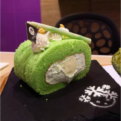 Pandan roll 😋 Like the smell and texture of this freshly green pastry, jelly inside is delicious too.  #pandan #green #delicious #rollcake #like4like #nomnom #all_shots #snapshot #followme #foodie #hkfoodie #foodblogger #dessert #dessertlover #picoftheday #sweettooth #nomnom #foodporn #foodstyling @bsgj.hk