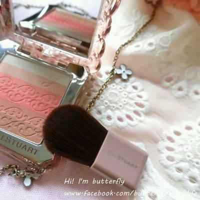 JILL STUART Beauty 這個英國品牌對所有女生來說 應該絕不會陌生~ 其華麗可人的設計,深受不少女生的喜愛 而其中的一個女生就是小編蝴蝶結姐姐啦!!! 這次小編先來介紹限定的胭脂和唇膏~都是超美色來呢!!! 詳細文章👉 https://goo.gl/LBJYqq ====================== #jillstuart #jillstuarthk #英國品牌 #美妝 #化妝 #蝴蝶結姐姐_美妝 #makeup #cosmetics #cheeks #beauty #lovebeauty #blogger #beautyblogger #girls