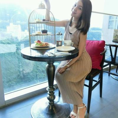 熱騰騰新文:https://goo.gl/NiXHwx  從甚麼時侯起,英式下午茶成為了女生的一種生活態度 三五知己,約會一起歎件cake,喝杯茶,享受慢活姿態 漂亮的下午茶一上桌子,首要任務當然是先拍照 每件餅子、點心都像藝術品般,精緻吸引 拍夠了,才慢慢享受~ ============================= #英式下午茶 #女生品味 #飲食 #下午茶 #thegreen #afternoontea #teaset #teatime #tea #food #dessert #blogger #foodblogger #foodie #hkfoodie #hkblogger  #girl #life #healthy
