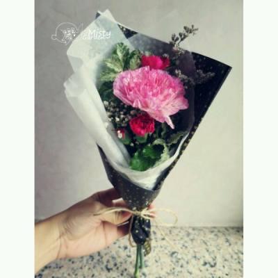 母親節快到囉~ 你哋諗好點樣感謝媽媽多年來o既辛勞未? 一個小小o既花束,一聲多謝~ 媽媽就會覺得好溫暖囉!!!  ============== For order, please PM my FB page. FB page:http://goo.gl/r219Hu Email: pansychangchl@hotmail.com  #MistyGardenHK #florist #floristHK #flower #bouquet #mother #mom #MothersDay #carnation #hkig #iger #花店 #康乃馨 #母親節 #花束 #禮物