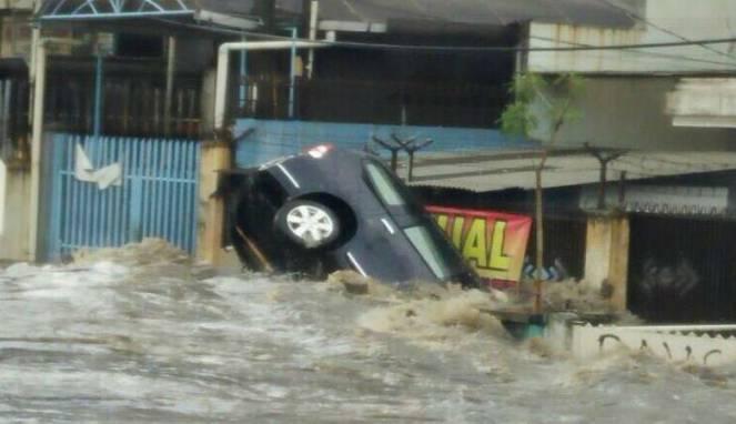 mobil terseret banjir di bandung