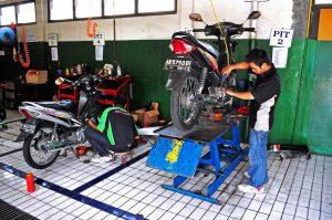 servis motor secara berkala
