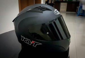 Pasang kembali visor san busa helm