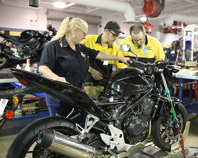 mekanik motor pabrikan