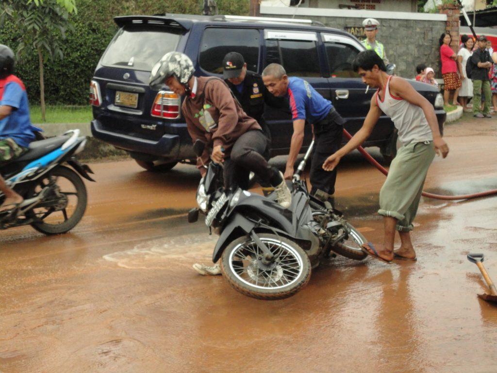 Motor Terpeleset Di Jalanan Becek