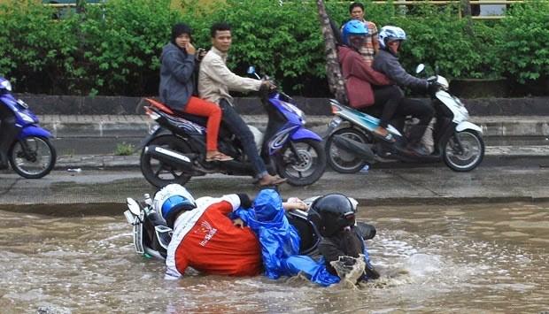 Tips Berkendara Aman di Musim Hujan