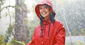 4 jas hujan terbaik agar tetap kering berkendara saat badai sekalipun