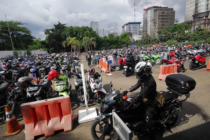 Pihak kepolisian menyiapkan lahan parkir bagi para pemudik yang menitipkan motornya di kantor polisi