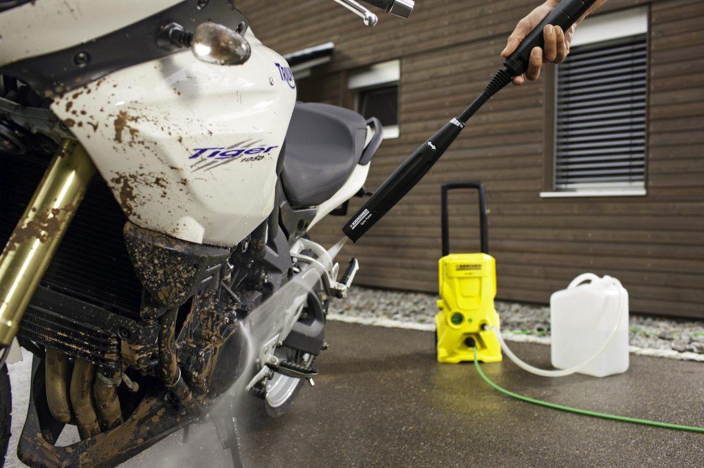 Mencuci Motor Dengan Air Bertekanan Untuk Meluruhkan Kotoran