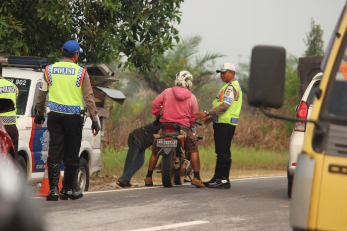 Ilustrasi : Seorang Oknum Polisi Meminta Sejumlah Uang Dari Pengendara Motor
