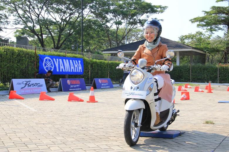 Wanita Berhijab Wajib Menggunakan Helm