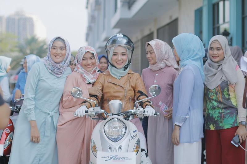 cara memilih helm untuk wanita berhijab