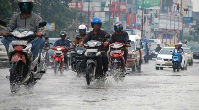 Rileks berkendara saat hujan