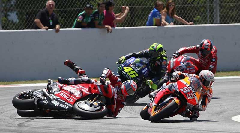 Valentino Rossi berusaha menghindari Lorenzo agar tidak terlindas