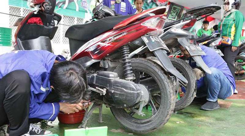 Lakukan penggantian oli secara berkala, agar mesin motor matic tidak cepat panas