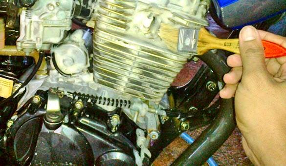 Cara Membersihkan mesin motor dengan pencuci piring