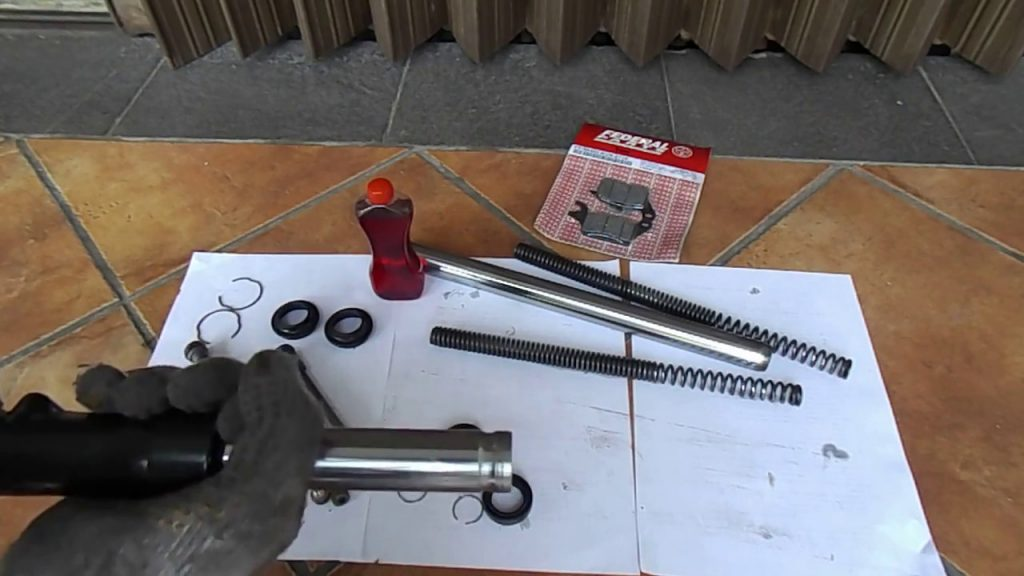 Cara Merawat Shockbreaker Motor, Bersihkan bagian dalam shock