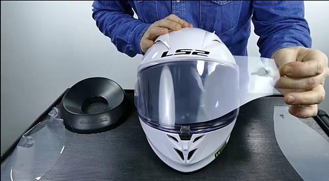 Cara Membersihkan Kaca Helm, Lepas Kaca Helm