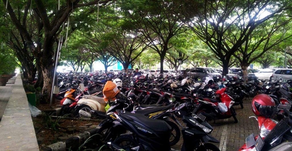 Parkir motor menghilangkan body yang mengkilap