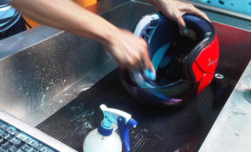 Bersihkan Bagian Busa Helm