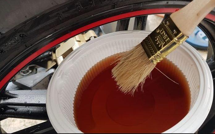 Cara Menghitamkan Ban Motor  dengan minyak goreng