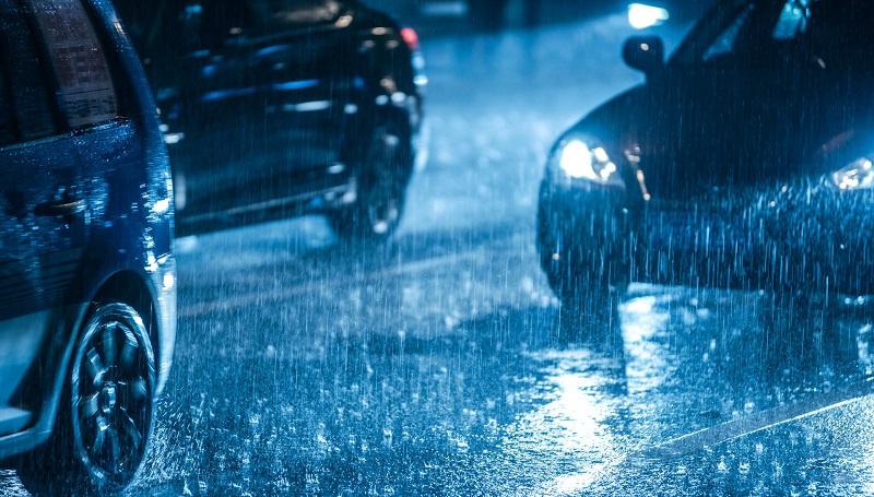 berkendara mobil dengan aman saat hujan