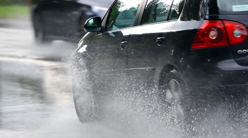 Rem terkena air hujan menjadi penyebab rem mobil bunyi