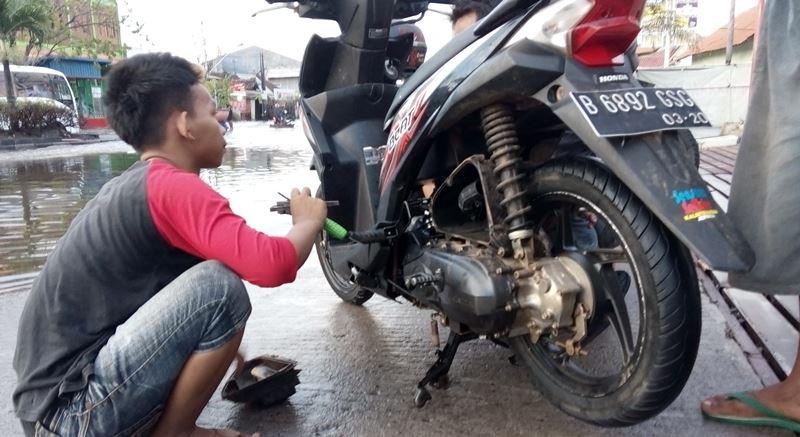 Mengatasi motor mati saat hujan