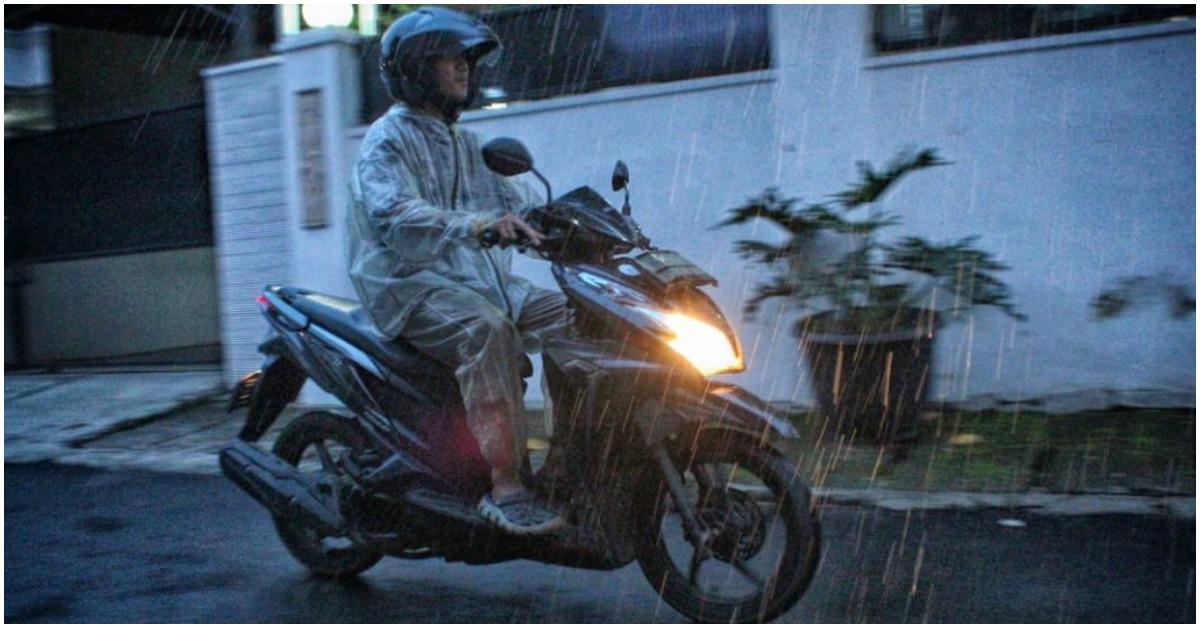 naik motor saat musim hujan