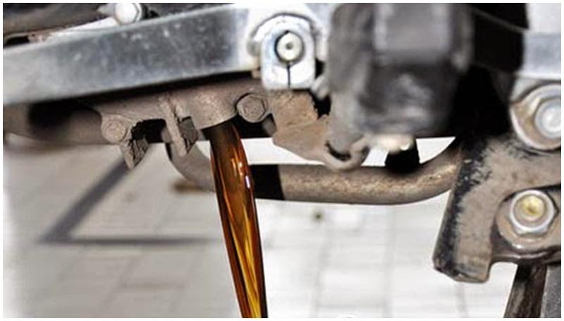 cara membersihkan oli mesin yang bercampur air