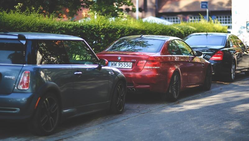 Mobil parkir di pinggir jalan