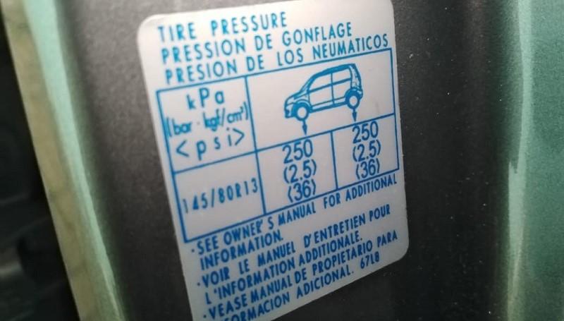 Cek tekanan angin ban mobil