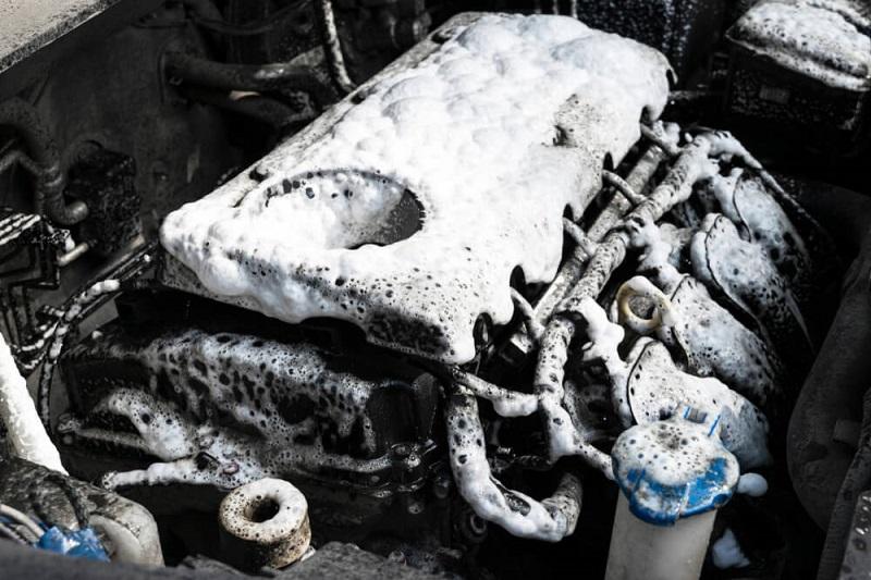 Mesin dibersihkan dengan sabun cuci mobil