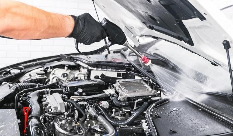 cara membersihkan mesin mobil