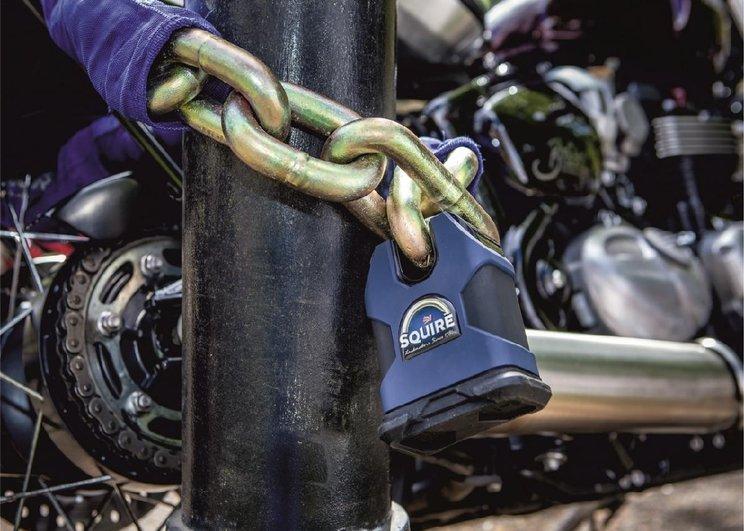 Menggembok motor menjaga keamanan