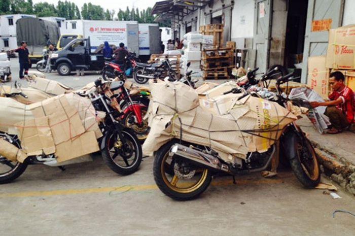 Mengirim sepeda motor lewat laut