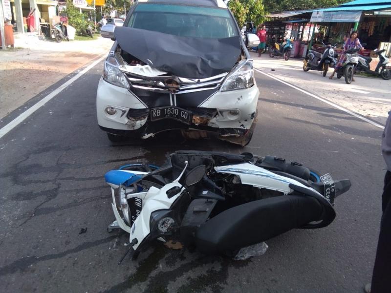 ilustrasi motor tertabrak mobil - penyebab kecelakaan lalu lintas
