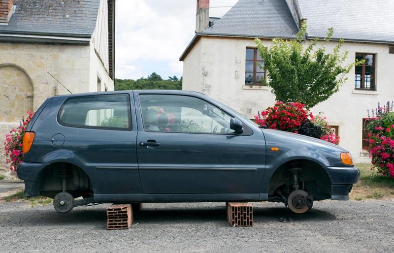 gambaran mobil parkir di depan rumah